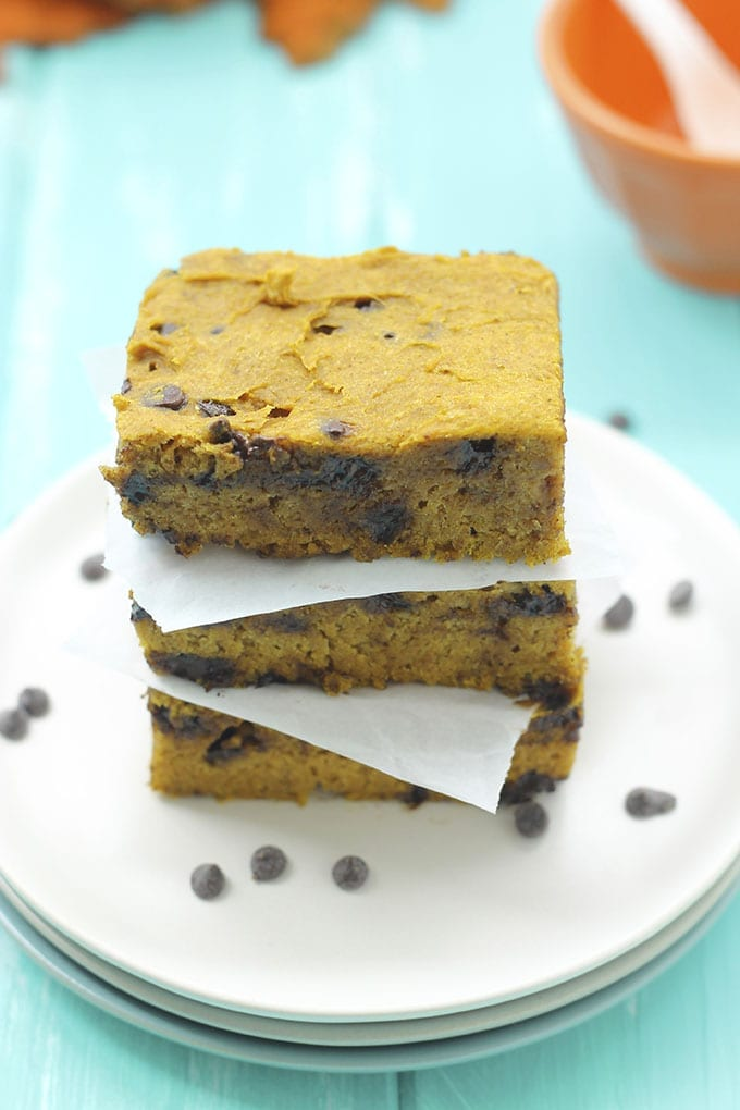 Pumpkin Spice Chocolate Chip Blondies - A #glutenfree and #vegan dessert for the Fall Foodie // thehealthymaven.com #recipe