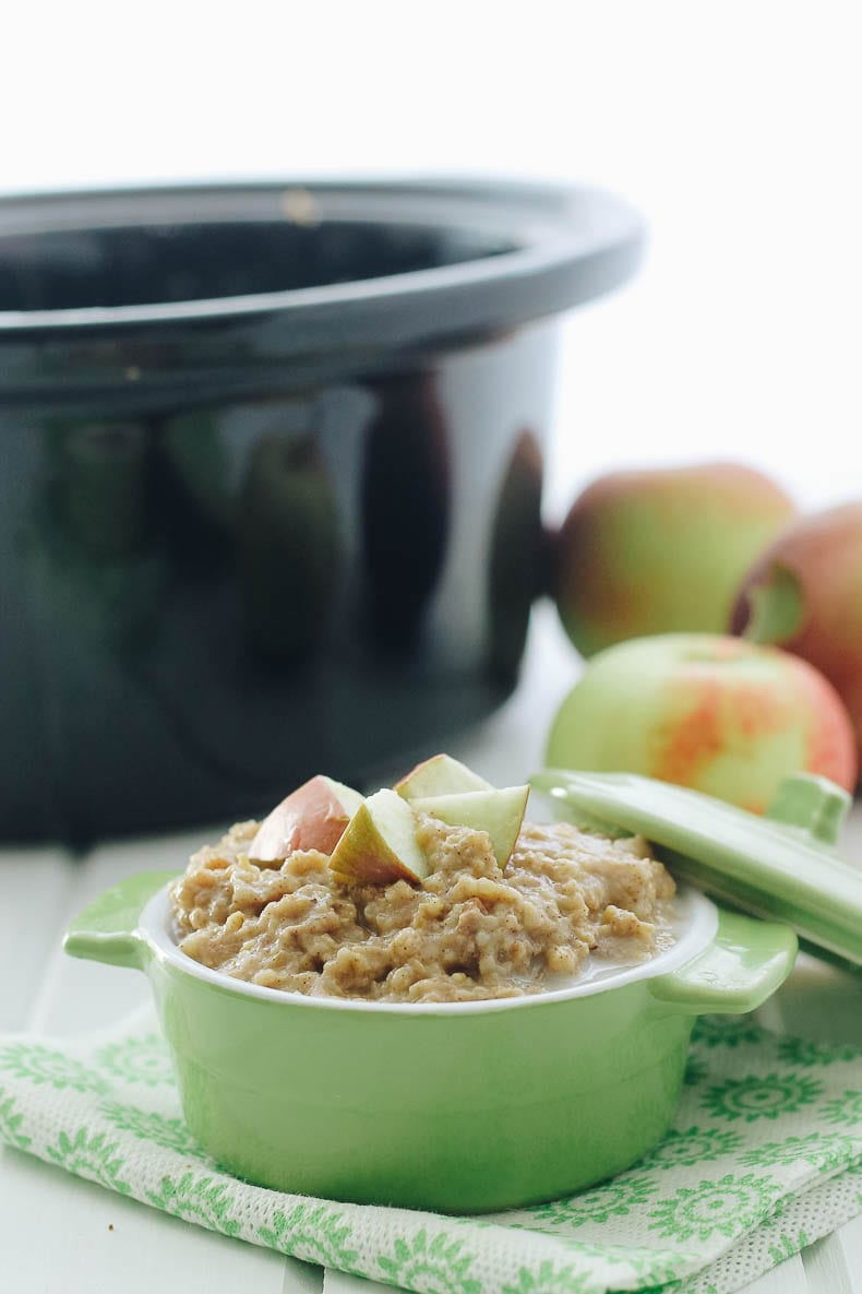 Whip out that slow cooker for this healthy apple pie oatmeal made with steel-cut oats #slowcooker #oatmeal