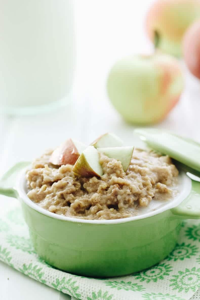 Wake up to the smell and taste of apple pie with this slow cooker apple pie oatmeal recipe #slowcooker #applepie