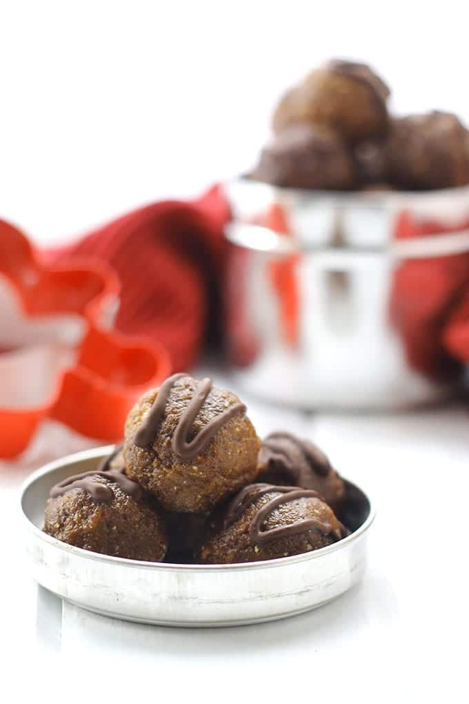 A seasonal energy ball recipe with the ultimate festive combo, gingerbread and chocolate!