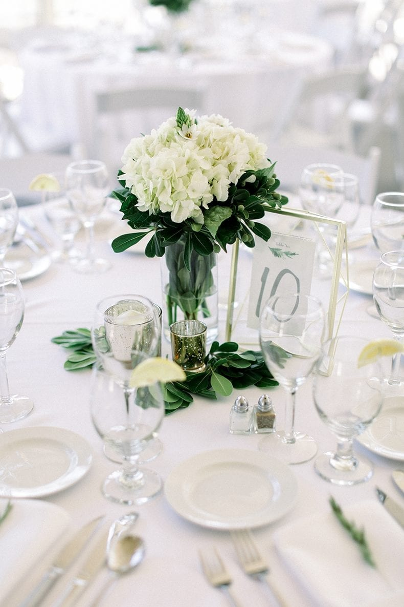 green and white wedding table // #greenandwhite #wedding